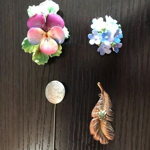 Jewelry - Set of vintage brooches